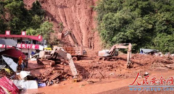 云南墨江山体滑坡致4人死亡4人失踪 当地正全力搜救
