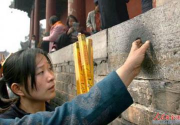 """河南太昊陵的小穴,让女游客""""盘""""黑,景区:都摸穿好几块了"""