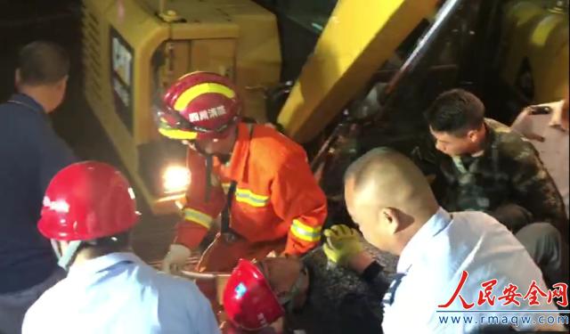 四川都江堰一工地墙体倒塌 被困人员2小时后救出