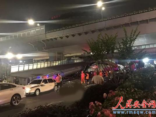 浙江杭州闹市区一天桥遭超高货车撞塌 所幸无人伤亡