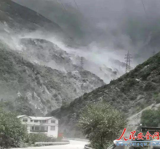 四川康定境内一处危岩发生大面积垮塌 已临时交通管制