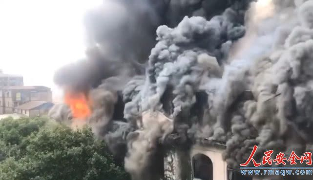 湖北武汉闹市一百年老建筑起火 施工负责人已被控制