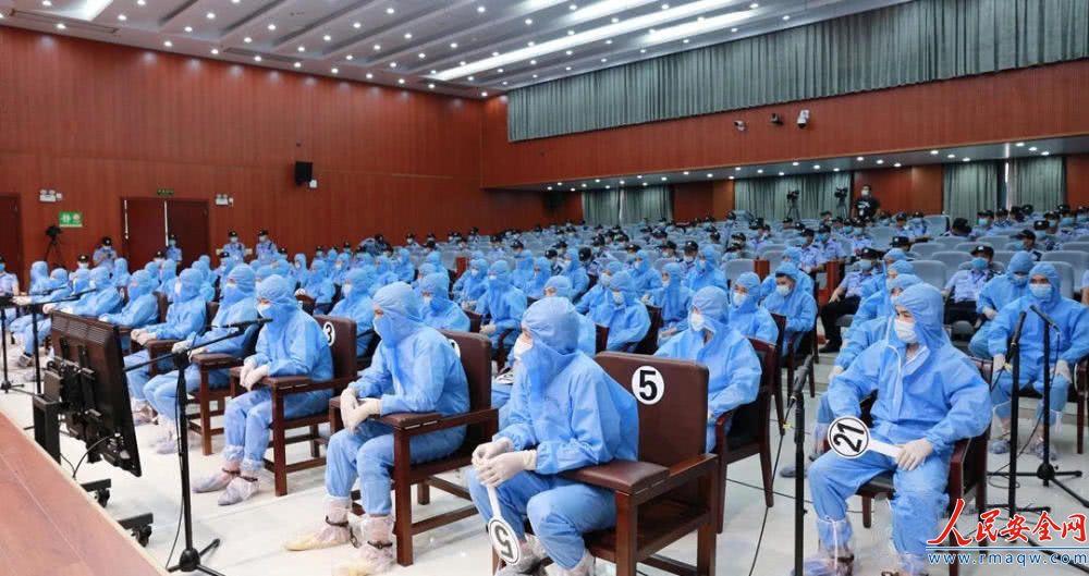 广西56人涉黑案被告穿防护服受审:涉嫌故意杀人、非法拘留等罪