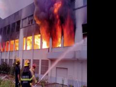 湖南湘潭小龙王槟榔厂仓库起火 厂房房顶被烧塌